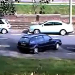 Fail: Mujer intentando estacionar su Auto